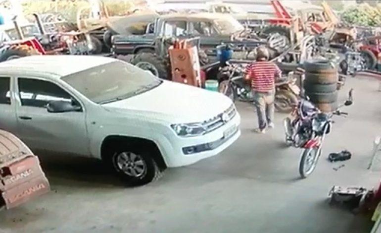 Vídeo mostra o momento em que foragido de delegacia furta moto em Anastácio