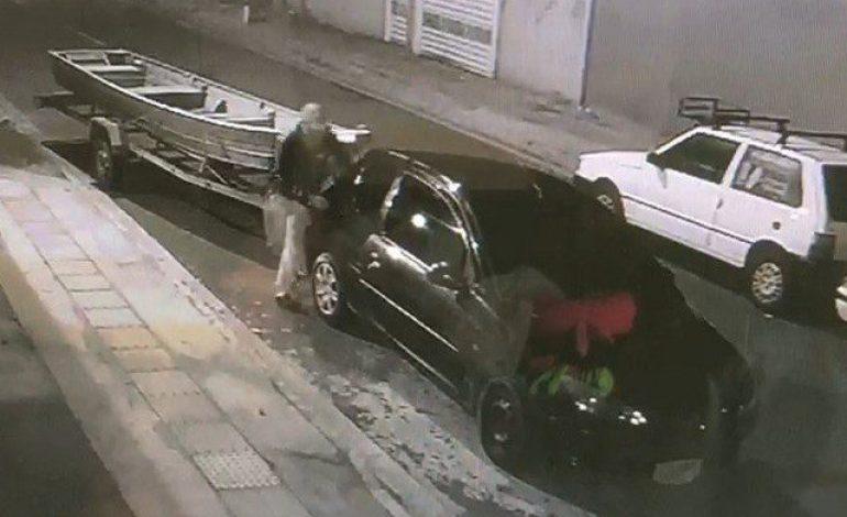 Ação de ladrões furtando barco de R$ 7 mil é flagrada por câmeras de segurança