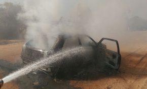 """Bombeiros são acionados para conter fogo """"misterioso"""" em veículo na estrada do Taboco"""