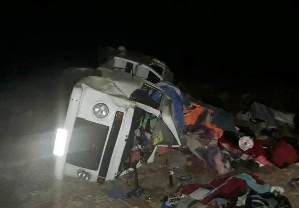 Kombi bate em anta na rodovia, capota e deixa seis feridos