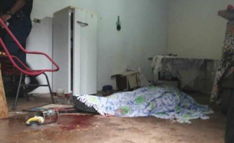 Mulher mata marido esfaqueado, mas é presa após dizer que foi suicídio