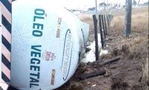 Carreta tomba e derrama 48 mil litros de óleo vegetal, causando poluição no solo
