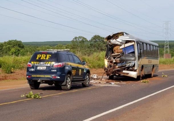 Ônibus escolar com alunos bate em carreta na BR-262
