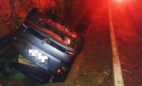 Em Aquidauana, homem capota carro ao desviar de cachorro na rua