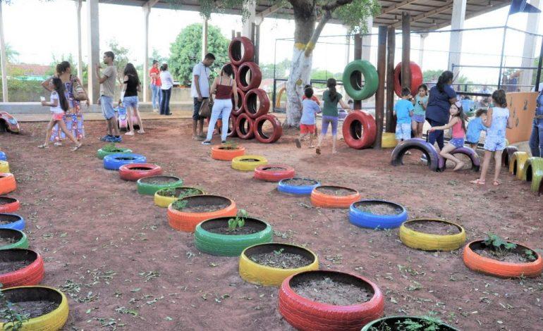 Com pneus transformados em brinquedos, Agepen entrega 4º parque de diversões