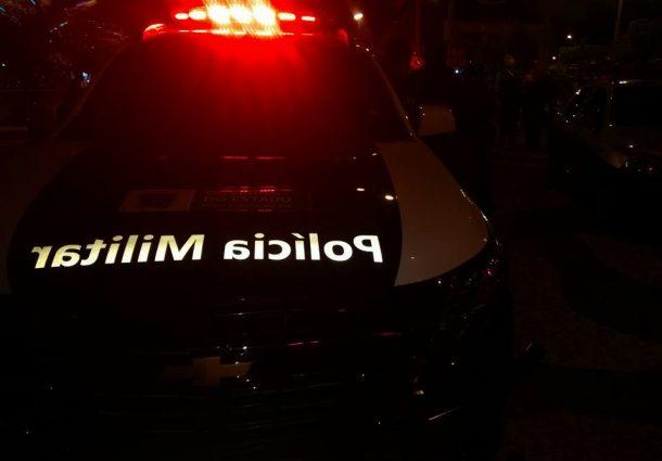 Ao ser flagrado falando no celular ao volante, homem joga carro em policial
