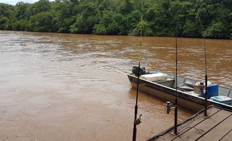 Pescadores fogem ao avistar a Polícia Militar Ambiental no rio Aquidauana