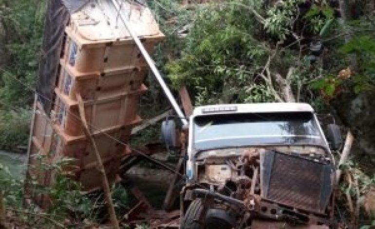 Ponte de madeira desaba e leva junto caminhão carregado