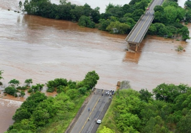 Sobe para 100 número de cidades afetadas pela chuva no RS