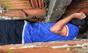 Jovem agride avó e fica entalado entre muros ao fugir da PM