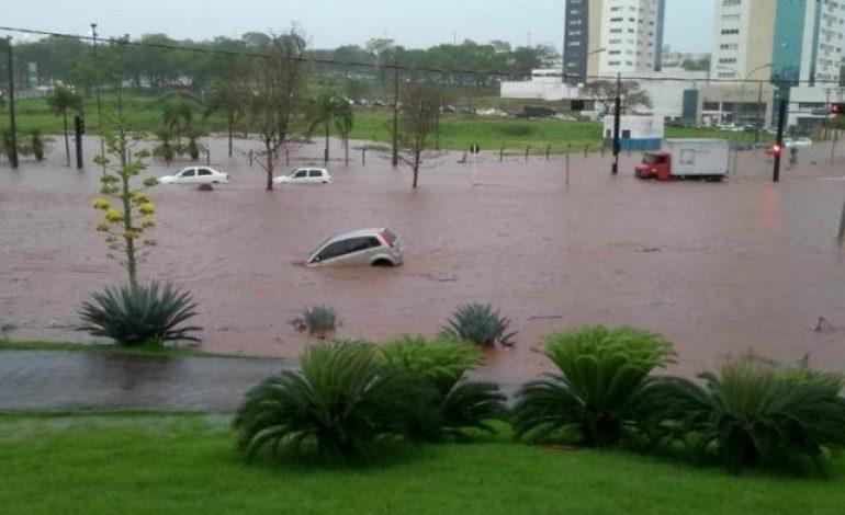 Choque entre frente fria e calor causa forte temporal em Campo Grande