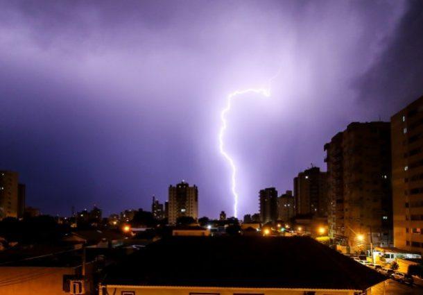 Forte temporal que caiu em Campo Grande derrubou árvores e postes de energia