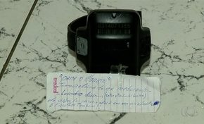 Tornozeleira é deixada com bilhete em delegacia: 'Ele viajou, foi passar Natal com a família'