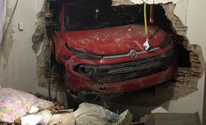 Veículo desgovernado invade residência em Corumbá