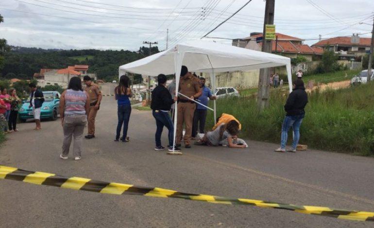 Família vela corpo de jovem na rua por treze horas