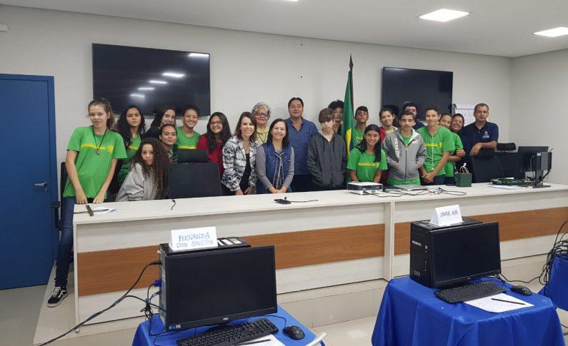 Câmara de Vereadores recebe alunos de escola pública para avaliação de metodologia de aprendizagem